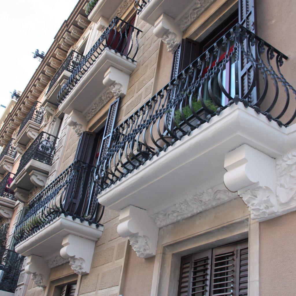 Fachada Reformada Y Acabada En Calle Pau Claris De Barcelona - Tascó Construcció